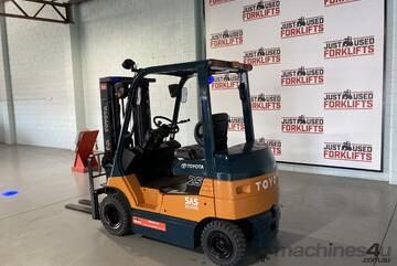 2010 TOYOTA 7FB25 ELECTRIC 4 WHEEL COUNTER BALANCED FORKLIFT CONTAINER ENTRY4300 METER 3 STAGE  $21,
