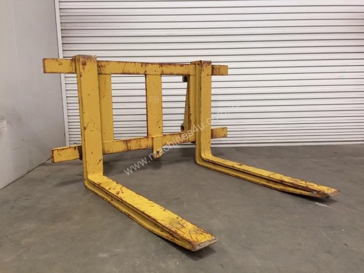 LOADER/TELEHANDLER PALLET FORKS IN EXCELLENT CONDITION D718