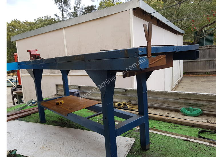 Welding bench with swivle vice