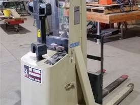 Crown - Walker Stacker Lift - Good Condition - picture2' - Click to enlarge