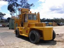 Caterpillar V300B forklift - picture4' - Click to enlarge