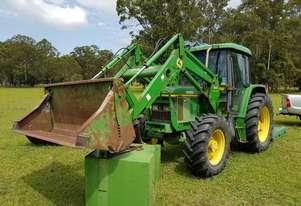 Tractor 4WD. 4 in one 640 self leveling  front loading bucket with 6ft slasher. 80000hrs.