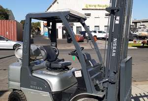NISSAN FORKLIFT LOW HOURS 2006 MODEL 5000MM LIFT SIDE SHIFT SOLID TYRES