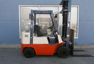 NISSAN LPG 2500kg forklift with 6000mm three stage mast