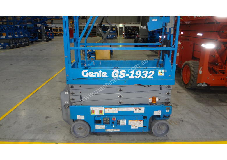 07/2013 Genie GS1932 - Narrow Electric Scissor Lift