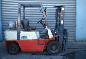 NISSAN 2.5T - 4.3M LIFT CONTAINER MAST