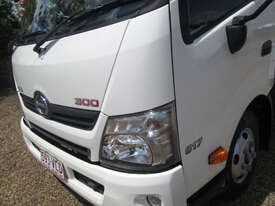 Hino 617 - 300 Series Tray Truck - picture8' - Click to enlarge
