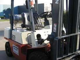 NISSAN 2.5t  LPG with forklift with Sideshift - picture3' - Click to enlarge