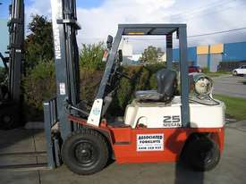 NISSAN 2.5t  LPG with forklift with Sideshift - picture0' - Click to enlarge