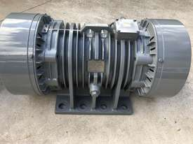 11 kw 6 pole 165 kN 415 v Vibration Electric Motor Pair - picture2' - Click to enlarge