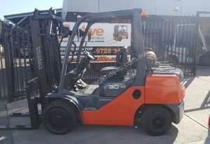2009 Toyota 8FG30 Forklift  with Low Hrs  plus Container Mast Fresh Paint