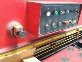 CMT 4 x 2500mm Guillotine - picture7' - Click to enlarge