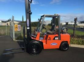Nissan 3 ton forklift LPG - picture0' - Click to enlarge