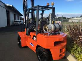 Nissan 3 ton forklift LPG - picture1' - Click to enlarge