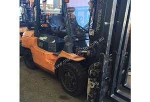 TOYOTA 3500KG LPG FORKLIFT WITH TWIN PALLET HANDLE