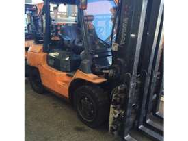 Toyota 3500kg LPG forklift with twin pallet handler - picture0' - Click to enlarge