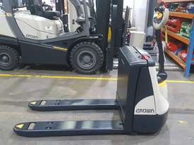 Crown Electric Pallet Mover - picture0' - Click to enlarge