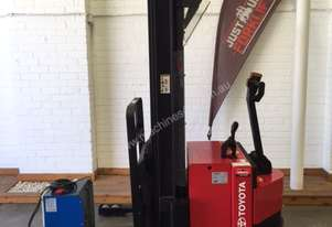 RAYMOND RRS-R30TT WALKIE REACH TRUCK 4801MM 3 STAGE LOW HOURS