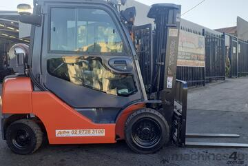 2.5 Ton Toyota gas forklift container mast 2012 model side shift fork positioner airconditioned cab