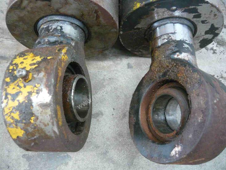 PAIR OF HYDRAULIC RAMS/ 800MM STROKE