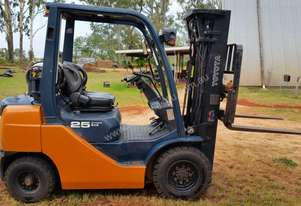 Toyota Forklift 2007 2.5 Tonne Petrol/LPG 3 Stage Side Shift