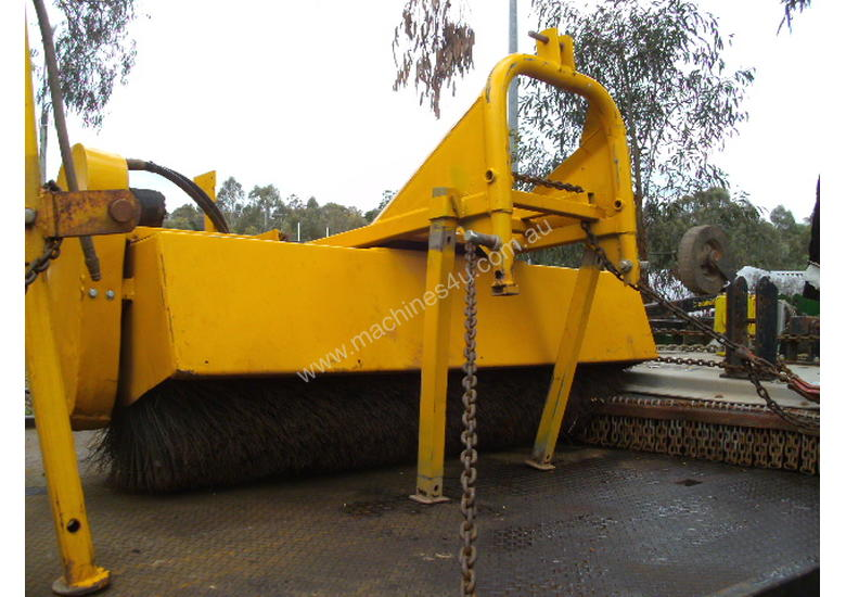 1800mm wide 3PL hydralic road broom , rear wheel ,