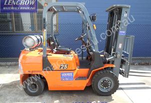 Container mast 2500kg Forklift for hire