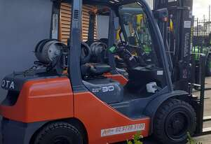 Toyota 2011 late model 3 ton Forklift 8fg30 4.5m Lift Side shift Solid Tyres