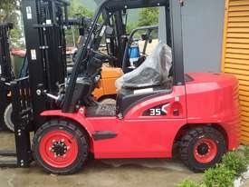 HC Near New 3.5 Ton Diesel Forklift 3 Stage Mast Container Entry Mast - picture1' - Click to enlarge