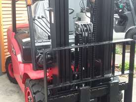 HC Near New 3.5 Ton Diesel Forklift 3 Stage Mast Container Entry Mast - picture2' - Click to enlarge