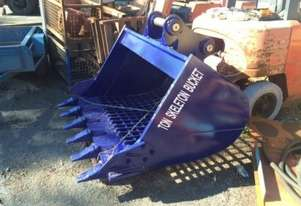 DASSA Skeleton bucket 1640mm wide 920mm high Screen size 75mm. 5 replaceable teeth. This screen has