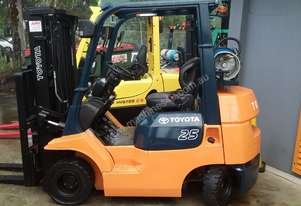 Toyota 2.5 Ton Compact Forklift 4500mm Container Entry Fresh Paint