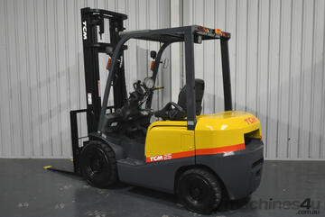 TCM 2.5 Tonne Diesel Forklift 4000mm Lift Height 2 Stage Clear View Mast  3167 Low Hours