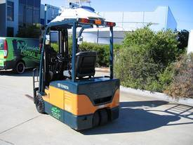 TOYOTA 3 Wheeler with Container Mast* LOW hours* - picture3' - Click to enlarge
