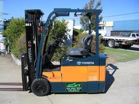 TOYOTA 3 Wheeler with Container Mast* LOW hours* - picture0' - Click to enlarge