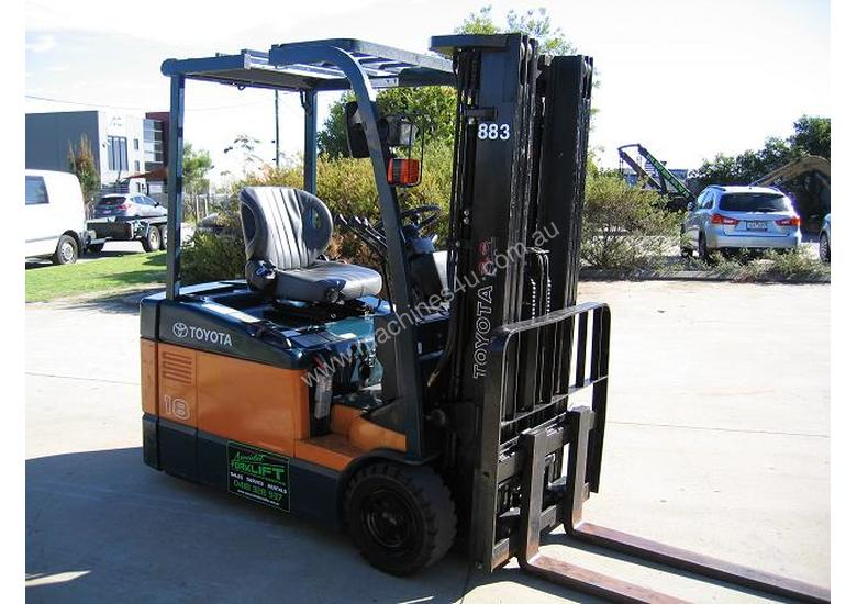TOYOTA 3 Wheeler with Container Mast* LOW hours*