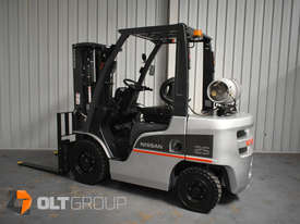 Nissan 2.5 ton forklift LPG 3 Stage Container Mast with Sideshift Hydraulic Fork Positioner - picture1' - Click to enlarge