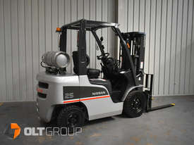 Nissan 2.5 ton forklift LPG 3 Stage Container Mast with Sideshift Hydraulic Fork Positioner - picture3' - Click to enlarge