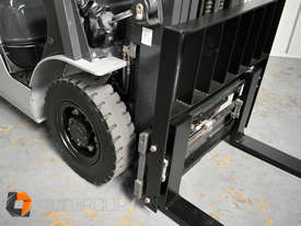 Nissan 2.5 ton forklift LPG 3 Stage Container Mast with Sideshift Hydraulic Fork Positioner - picture7' - Click to enlarge