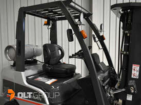 Nissan 2.5 ton forklift LPG 3 Stage Container Mast with Sideshift Hydraulic Fork Positioner - picture8' - Click to enlarge