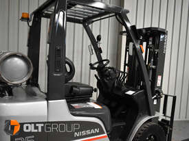Nissan 2.5 ton forklift LPG 3 Stage Container Mast with Sideshift Hydraulic Fork Positioner - picture10' - Click to enlarge