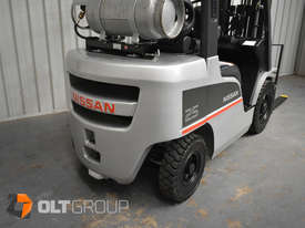 Nissan 2.5 ton forklift LPG 3 Stage Container Mast with Sideshift Hydraulic Fork Positioner - picture11' - Click to enlarge
