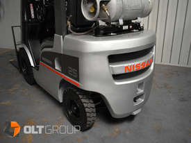 Nissan 2.5 ton forklift LPG 3 Stage Container Mast with Sideshift Hydraulic Fork Positioner - picture12' - Click to enlarge