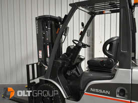 Nissan 2.5 ton forklift LPG 3 Stage Container Mast with Sideshift Hydraulic Fork Positioner - picture13' - Click to enlarge