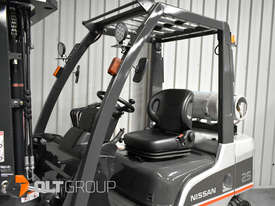 Nissan 2.5 ton forklift LPG 3 Stage Container Mast with Sideshift Hydraulic Fork Positioner - picture15' - Click to enlarge