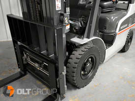 Nissan 2.5 ton forklift LPG 3 Stage Container Mast with Sideshift Hydraulic Fork Positioner - picture16' - Click to enlarge
