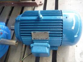 MEZ 4HP 3 PHASE ELECTRIC MOTOR/ 960RPM - picture1' - Click to enlarge