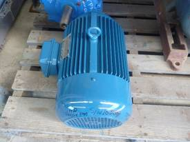 MEZ 4HP 3 PHASE ELECTRIC MOTOR/ 960RPM - picture2' - Click to enlarge