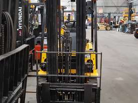 1.5 tonne Hyundai Container Mast Forklift - picture1' - Click to enlarge