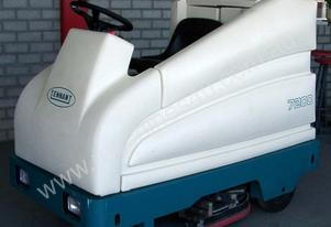 TENNANT 7200 RIDE ON SCRUBBER